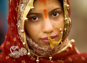 090129_varanasi_uttar_pradesh_india_bride_woman_beautiful_portrait_ghat_wedding_nosering_veil_innocent_lost_travel_photography